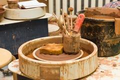 Pottenbakkers` s wiel en hulpmiddelen Royalty-vrije Stock Foto's