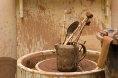Pottenbakkers` s wiel en hulpmiddelen Royalty-vrije Stock Afbeeldingen
