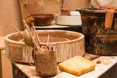 Pottenbakkers` s wiel en hulpmiddelen Stock Foto