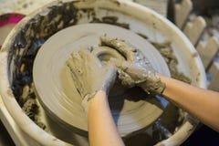 Pottenbakkers werkende klei royalty-vrije stock afbeeldingen