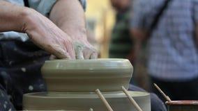Pottenbakkershanden op het werk stock videobeelden