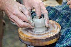 Potter& x27; rueda de s y un pedazo de arcilla Imagen de archivo libre de regalías