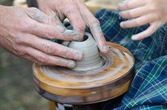 Potter& x27; s wiel en een stuk van klei Royalty-vrije Stock Foto's