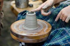 Potter& x27; s wiel en een stuk van klei Stock Fotografie