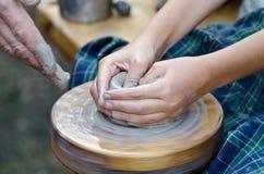 Potter& x27; rueda de s y un pedazo de arcilla Foto de archivo libre de regalías