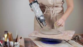 Potterer féminin faisant les produits en céramique banque de vidéos