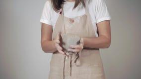 Potterer fêmea que trabalha em sua oficina video estoque