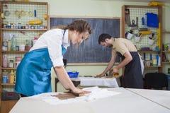 Pottering und Clay Making Process Concepts Paare von zwei Fachleuten Lizenzfreie Stockfotografie