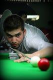 Potting die rote Kugel im Snooker lizenzfreie stockbilder