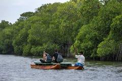 Pottuvil盐水湖的游人在斯里兰卡 库存照片