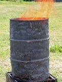 Poubelle avec des flammes sortant Photo stock
