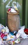 Poubelle avec un bon nombre de déchets Image libre de droits