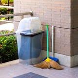 Poubelle, déchets de nettoyage d'équipement, de balai et de poubelle pour le nettoyage de rebut photo stock