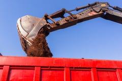 Poubelle d'Earthworks Loading Truck d'excavatrice photographie stock