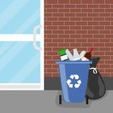 Poubelle de débordement Réservoir avec des sacs de débris et de déchets Images libres de droits