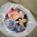 Poubelle de déchets avec des déchets photo stock
