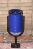 Poubelle de déchets bleue en métal Photos stock