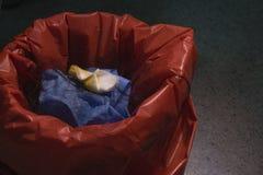 Poubelle de déchets chirurgicale dans la salle d'opération photos stock