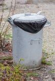 Poubelle de déchets en métal photographie stock