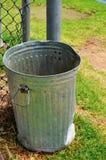 Poubelle de déchets en métal photos stock