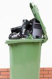 Poubelle de déchets ouverte avec l'électronique Photo libre de droits