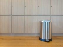 Poubelle de pédale sur le plancher en bois Photographie stock libre de droits