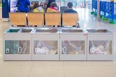 Poubelle de rebut d'aéroport à l'intérieur de l'aéroport international de Kansai Photos libres de droits