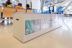 Poubelle de rebut d'aéroport à l'intérieur de l'aéroport international de Kansai Images libres de droits