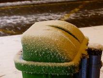 Poubelle de rebut verte dans la neige Photographie stock