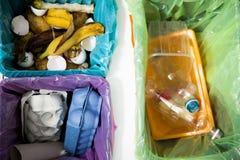 Poubelle différente avec les sacs de déchets colorés photo libre de droits