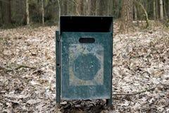 Poubelle en acier dans la forêt Image stock
