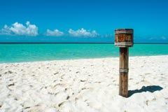 Poubelle en bois sur la plage des Maldives Image libre de droits
