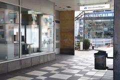 Poubelle en dehors de l'entrée au bureau local suédois du Service Public de l'Emploi image stock