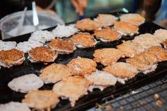 Poubelle frite de crêpe ou de bêlement de noix de coco sur la poêle chaude chez la Thaïlande photos libres de droits