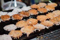 Poubelle frite de crêpe ou de bêlement de noix de coco sur la poêle chaude chez la Thaïlande photos stock