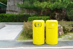 Poubelle jaune, bacs de recyclage Image stock