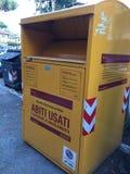 Poubelle jaune de collection de charité image stock
