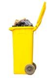 Poubelle jaune de débordement Photo stock