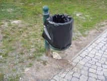 Poubelle rubish extérieure en parc Images libres de droits