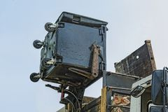 Poubelle, service municipal, nettoyant dans la ville moderne images stock