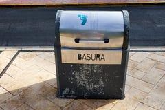 Poubelle sur la rue de la ville Del Segura de Guardamar Valence, Espagne Images libres de droits