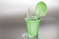 Poubelle verte avec les déchets médicaux Photographie stock libre de droits