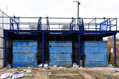 Poubelles bleues de transfert de Wast photo stock