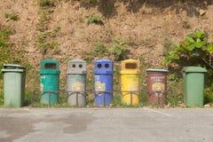 Poubelles colorées photo stock