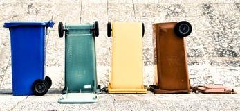Poubelles colorées Trento Italie Image stock