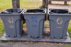 Poubelles de déchets pour chaque catégorie placée à de divers points dans le parc photos libres de droits