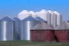 Poubelles de grain sur la prairie Photos libres de droits