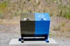 Poubelles de réutilisation et de déchets avec l'herbe sèche à l'arrière-plan photographie stock libre de droits