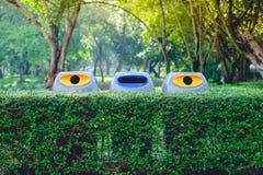 Poubelles en parc Images libres de droits