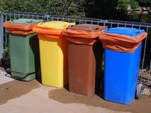 Poubelles en plastique colorées de déchets Photos stock